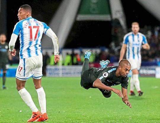 Mourinho: Cầu thủ Man City mong manh, dễ ngã - Ảnh 3.
