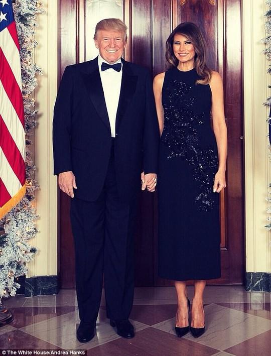 Cháu nội Tổng thống Trump vất vả trong phòng Bầu dục - Ảnh 2.