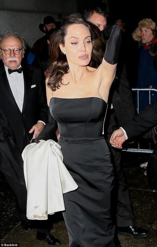 Pax Thiên nam tính hỗ trợ mẹ nuôi Angelina Jolie - Ảnh 8.