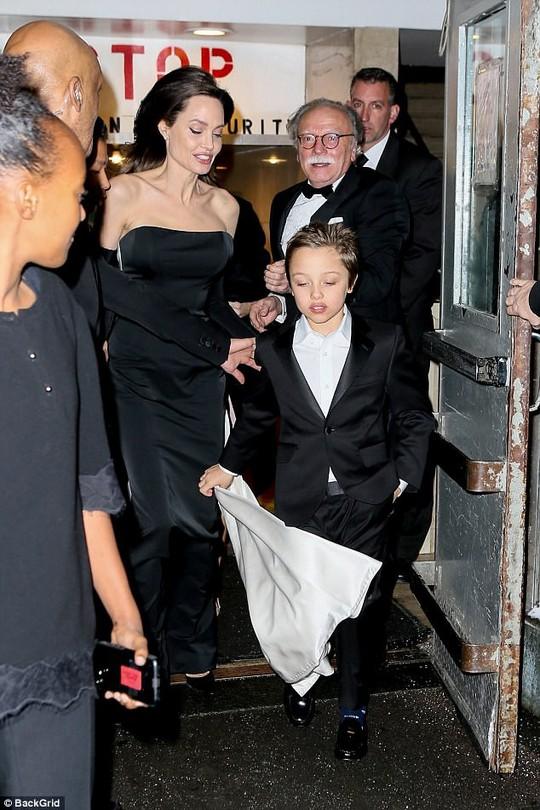 Pax Thiên nam tính hỗ trợ mẹ nuôi Angelina Jolie - Ảnh 6.