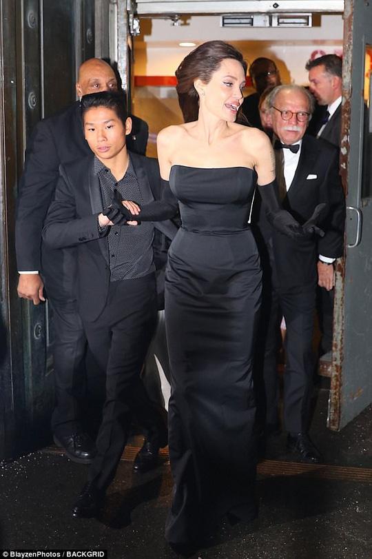 Pax Thiên nam tính hỗ trợ mẹ nuôi Angelina Jolie - Ảnh 2.