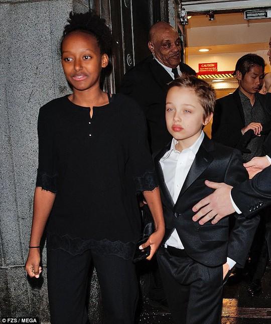 Pax Thiên nam tính hỗ trợ mẹ nuôi Angelina Jolie - Ảnh 5.