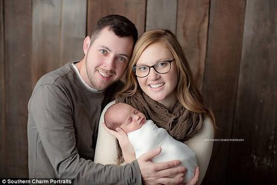 Bé gái chào đời 24 năm sau khi được thụ thai - Ảnh 2.