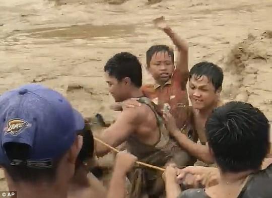 Đang cột thuyền chống bão Tembin, người đàn ông bị cá sấu ăn thịt - Ảnh 1.