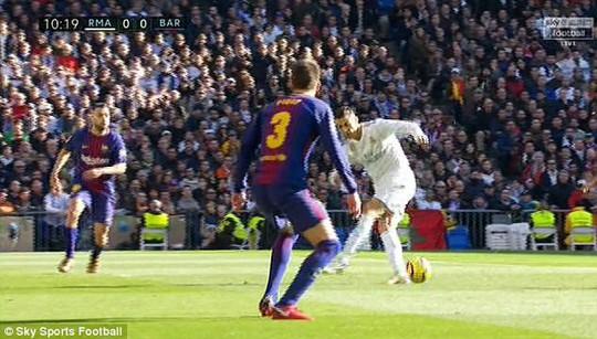 Hành động đẹp của Messi với Ronaldo ở El Clasico - Ảnh 4.