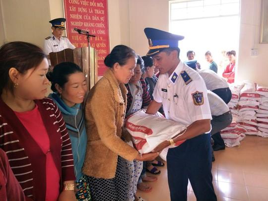 Cảnh sát biển Vùng III giúp dân vùng tâm bão số 12 - Ảnh 1.