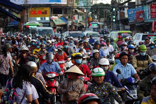 Khoảng 16 giờ, đường Trường Chinh cũng trở nên hỗn loạn ùn ứ. Tại đoạn ngã ba Âu Cơ - Trường Chinh (quận Tân Phú) dòng xe đông khiến người đi bộ cũng hết sức khó khăn khi di chuyển qua khu vực này.