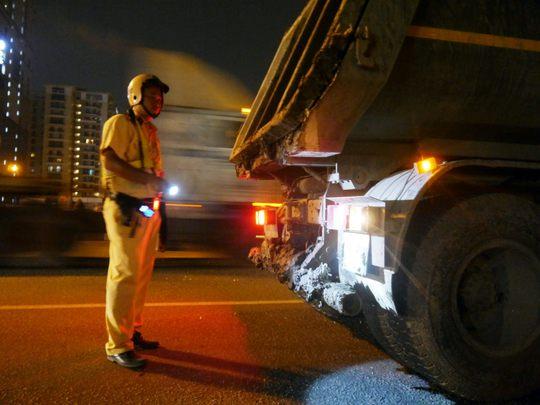 Bùn cát phủ kín cả biển số xe và khi xử phạt nhiều tài xế tìm mọi cách gây khó dễ.