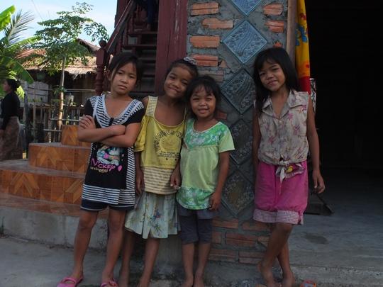 Em bé Lào biết tạo dáng khi chúng tôi chụp ảnh