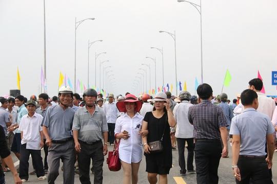 Từ sáng sớm, hàng ngàn người dân tập trung lên cầu Giao Thủy với vẻ mặt hào hứng