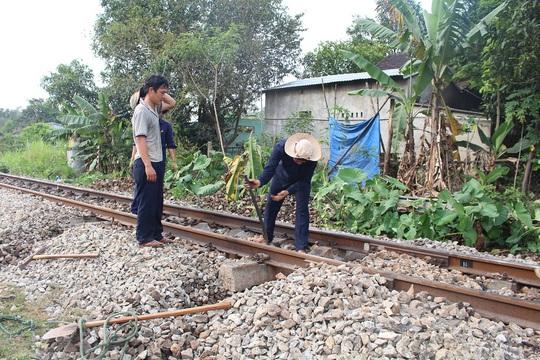 Sửa đường sắt sau tai nạn Ảnh: MAI CHI