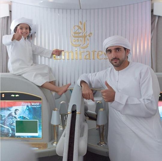 Dĩ nhiên, Fazza thường chọn khoang bay hạng nhất của hãng hàng không Emirates.