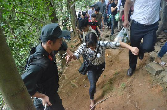 Mặc dù, có lực lượng an ninh đứng canh giữ nhưng nhiều du khách vẫn liều mình leo vách núi