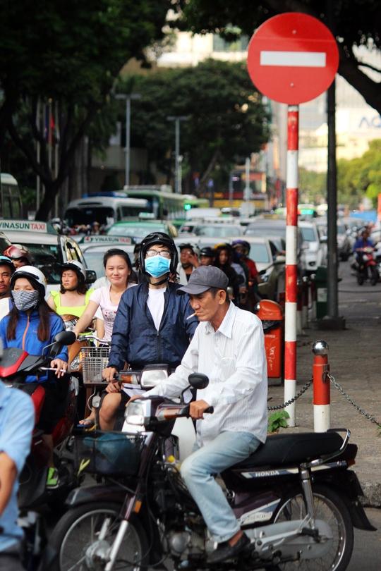 Ngày 22-4, Sở Giao thông Vận tải TP HCM điều chỉnh giao thông nhiều tuyến đường ở trung tâm thành phố để phục vụ thi công công trình thuộc tuyến metro Bến Thành – Suối Tiên. Nhiều người dân chưa biết, chạy xe theo thói quen dẫn giao thông tại khu vực này hỗn loạn.