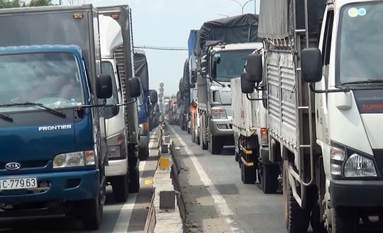 Cảnh ùn ứ trên Quốc lộ 1, đoạn qua khu vực trên do ảnh hưởng từ vụ tai nạn