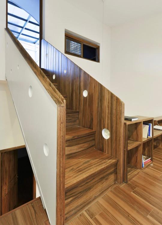 Hai bên cầu thang được tạo lỗ giúp tránh nhàm chán, tạo điểm nhấn cho khu vực này.