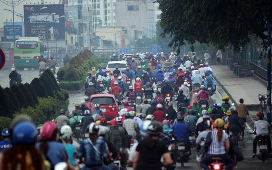 Trong cơn mưa rả rích khá lâu, đường dẫn ra vào sân bay: đường Trường Sơn, Cộng Hòa, Trường Chinh đông đúc, ùn ứ xe cộ, lưu thông khá khó khăn.