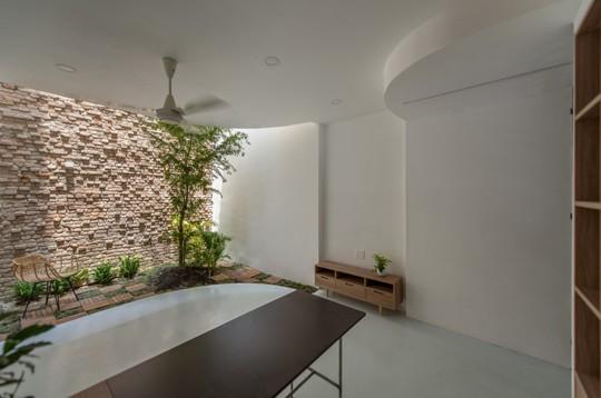 Căn nhà ống cải tạo với sân nằm trong nhà ở Sài Gòn - Ảnh 5.