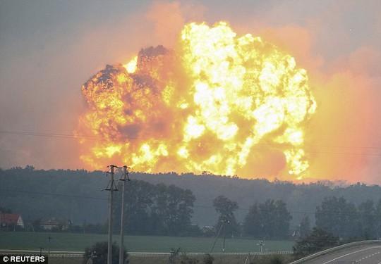 Ukraine: Nổ tại căn cứ quân sự, tên lửa bắn tứ tung lên trời - Ảnh 2.