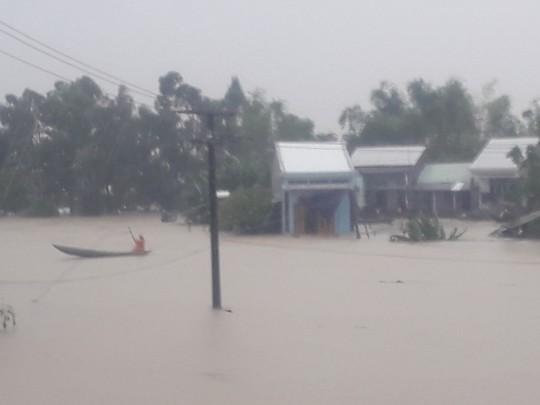 Làng mạc Quảng Nam ngập chìm trong nước, thủy điện vẫn xả lũ - Ảnh 6.