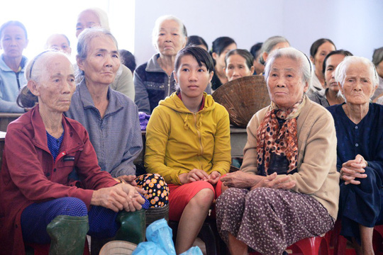 Báo Người Lao Động vượt đò đến với người dân vùng lũ Quảng Ngãi - Ảnh 5.