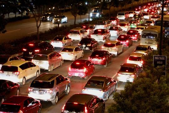 Kẹt xe dữ dội trên đường Phạm Văn Đồng tối cuối tuần - Ảnh 9.