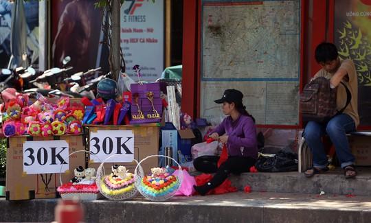 Không chỉ hoa tươi, chocolate mà loại quà tặng handmade như gấu bông,hoa giả, … cũng chịu chung số phận khi ít người mua.