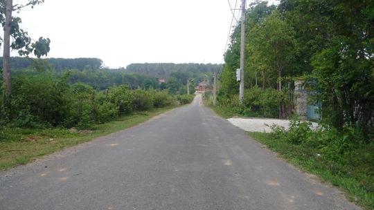Con đường nhựa dẫn vào khu biệt phủ của ông Phạm Thanh Hà
