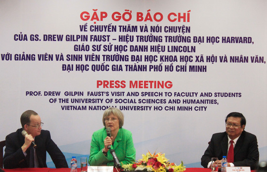Giáo sư Drew Gilpin Faust (giữa) tại cuộc họp báo trong chuyến thăm Trường ĐH Khoa học Xã hội và Nhân văn - ĐHQG TP HCM