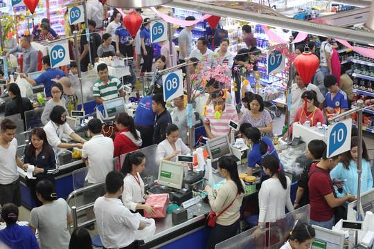Các siêu thị tại TP HCM thu hút đông đảo người dân mua sắm trong những ngày nghỉ lễ Ảnh: HOÀNG TRIỀU