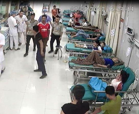Côn đồ liên tục tấn công bệnh viện - Ảnh 1.