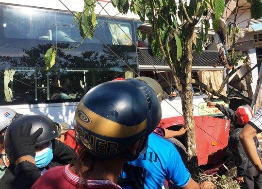 Sau va chạm, xe khách Thành Bưởi lao vào nhà dân bên đường