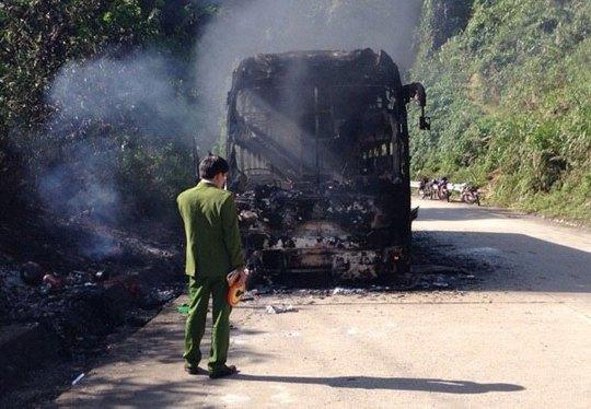 Xe khách giường nằm bị cháy trơ khung trên đường Hồ Chí Minh qua địa phận tỉnh Quảng Nam ngày 8-2 Ảnh: TRẦN THƯỜNG