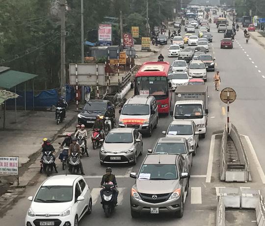 Rất nhiều xe chạy chậm, nối nhau nhằm phản đối việc thu phí ở cầu Bến Thủy 1, ngày 2-4