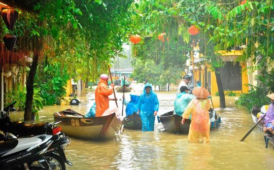 Làng mạc Quảng Nam ngập chìm trong nước, thủy điện vẫn xả lũ - Ảnh 2.