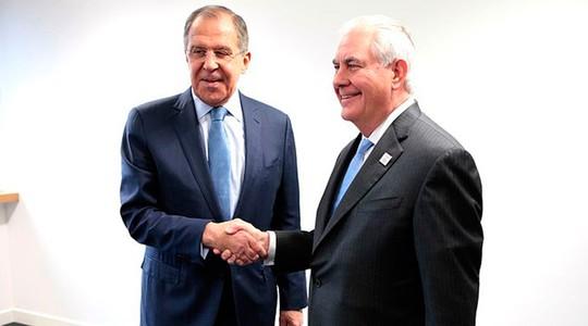 Ngoại trưởng Nga Lavrov (trái) bắt tay với người đồng cấp Mỹ Tillerson. Ảnh: RT