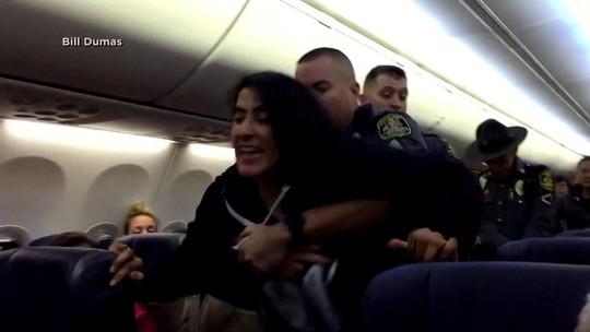 Mỹ: Cảnh sát dùng vũ lực ép nữ hành khách rời máy bay - Ảnh 2.