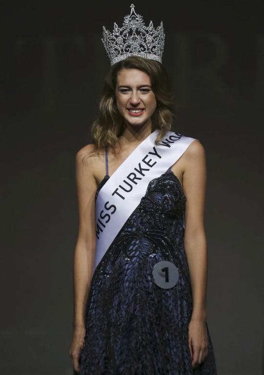 Hoa hậu Thổ Nhĩ Kỳ bị tước vương miện - Ảnh 1.