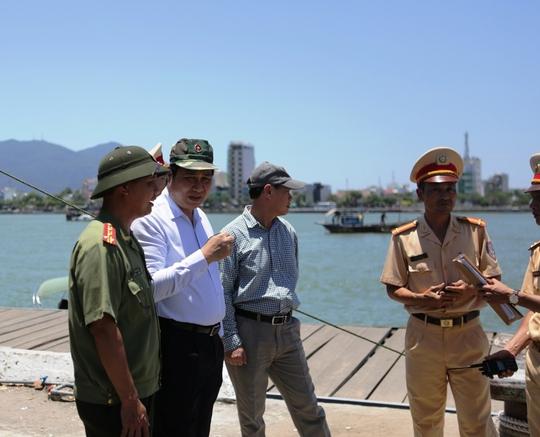 Chủ tịch Huỳnh Đức Thơ (thứ 2 từ trái qua) trắng đêm chỉ đạo công tác cứu hộ, cứu nạn tàu du lịch Thảo Vân 2 bị chìm trên sông Hàn.