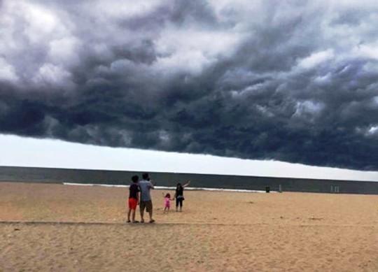Tranh cãi về đám mây đen kịt hình thù kỳ lạ trên biển Sầm Sơn - Ảnh 5.