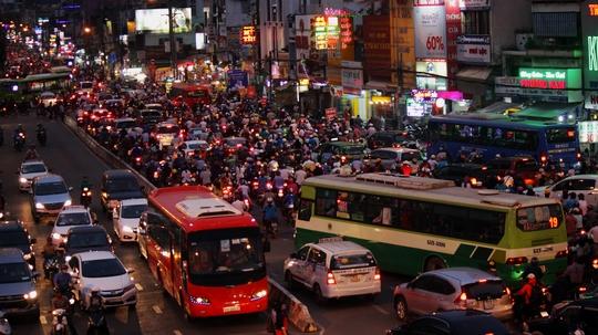 Khoảng 18 giờ 30, phương tiện giao thông đổ về đường Xô Viết Nghệ Tĩnh (quận Bình Thạnh) vẫn đông đúc, lộn xộn khiến việc lưu thông vẫn hết sức khó khăn.