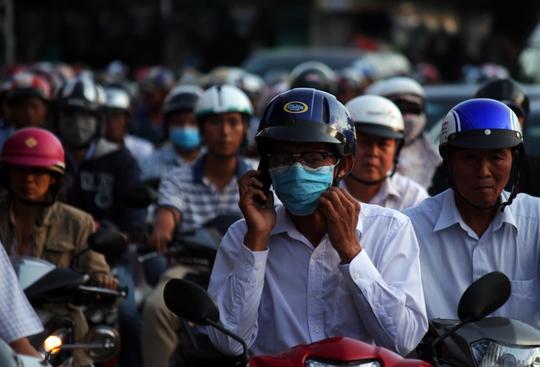Một người đàn ông tranh thủ thời gian kẹt giữa đường Trường Chinh để nói chuyện điện thoại.