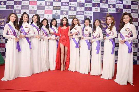 Các hoa hậu quốc tế (giữa ảnh) giao lưu thân thiện với thí sinh Việt Nam