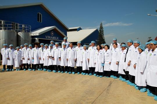 Phải qua nhiều lần khử trùng và mặc đồ bảo hộ, chúng tôi mới được vào tham quan trại nuôi bò sữa Organic.