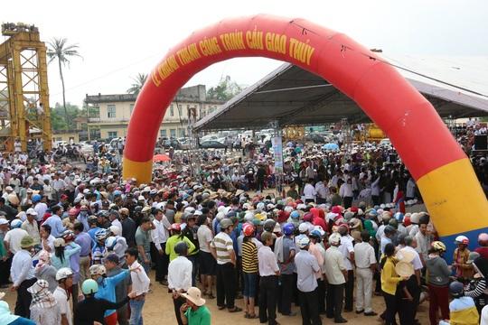 Người dân hào hứng tham gia lễ khánh thành, thỏa ước mơ hàng chục năm