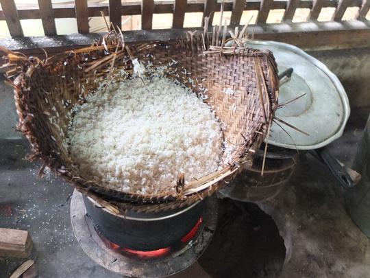 Hạt cơm nếp có vẻ khô nhưng không cứng mà rất dẻo, bùi