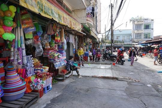 Vỉa hè trong chợ Tân Trụ thông thoáng hơn hẳn khi lực lượng chức năng đến kiểm tra