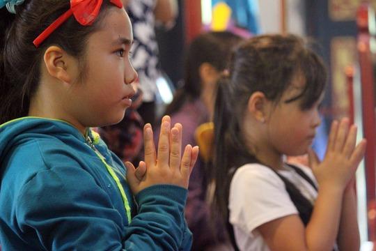 Bé Nguyễn Thị Loan thổ lộ: Em cầu cho ba mẹ có sức khỏe, còn em và em gái được học thật tốt.