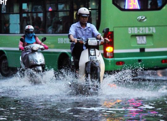 Nước ngập khoảng 30 cm tại ngã tư Nguyễn Thái Bình - Calmette (quận 1) khiến các phương tiện lưu thông khó khăn.