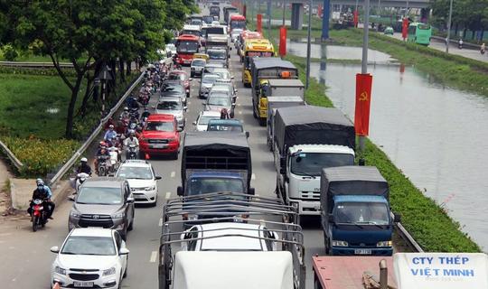 Xe ô tô kẹt cứng trên quốc lộ 1 hướng về các tỉnh miền Tây.
